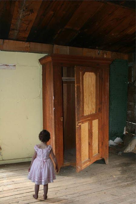 девочка и шкаф