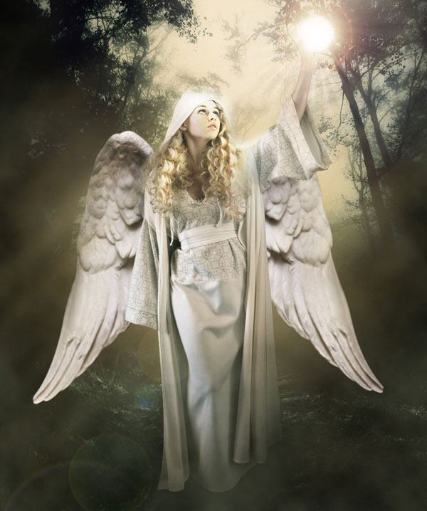 Божественный ангел в лесу